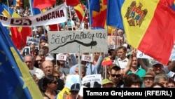 Mii de oamenii protestează la Chișinău împotriva invalidării alegerilor pentru primărie