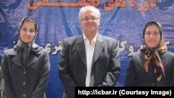 لعیا جنیدی (نفر اول از سمت چپ)