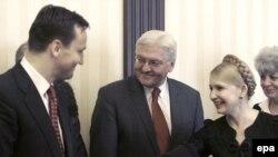 Франк-Вальтер Штайнмаєр (с) разом із колегою з Польщі Радославом Сікорським (л) уже переймався становищем в Україні, коли був головою МЗС Німеччини, Київ, 17 червня 2009 року