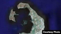 Остров Тира (Санторин) в 70 километрах севернее Крита. С оспутниковой фотографии виден кратер. Здесь произошло извержение вулкана, которое вызвало цунами, уничтожившее цивилизацию на Крите.