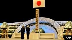 Акихито и Митико перед алтарем памяти жертв землетрясения 11 марта 2011 года