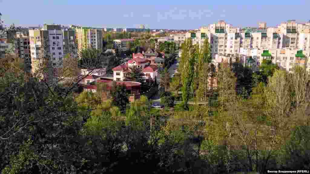 С площадки перед лестницей открывается красивый вид на город. Эта самая высокая точка в Симферополе