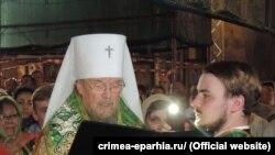 Митрополит Лазарь во время освящения медицинских халатов в Симферополе 10 июня 2017 года