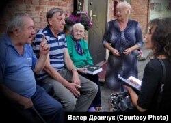 Зь Віктарам (у цэнтры), унучатым пляменьнікам, які жыве ў Менску. Верасень 2016