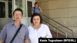 Оппозициялық саясаткер Марат Жанұзақов пен оның адвокаты Елена Савинова. Алматы, 26 маусым 2014 жыл.