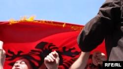 Shqiptarët në Maqedoni disa herë herë kanë protestuar kundër mbajtjes së ish-pjesëtarëve të UÇK-së në burgjet e Maqedonisë.