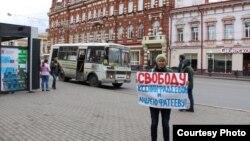 Одиночный пикет журналиста Виктории Мучник у мэрии города Томска