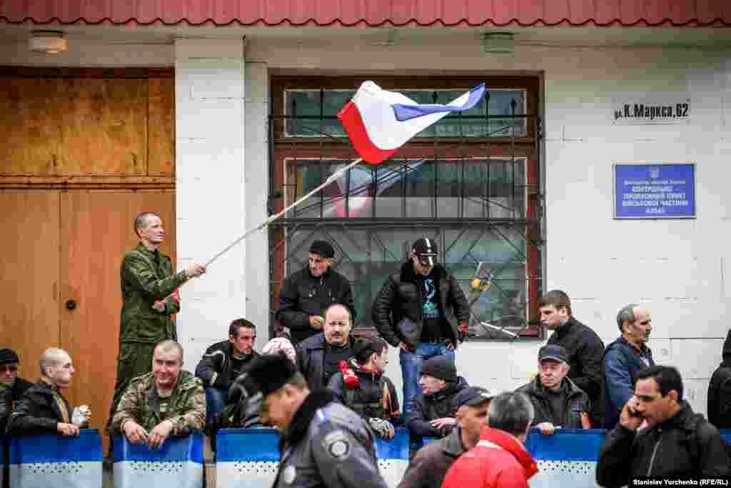«Qırım samooboronasınıñ» vekilleri Aqmescitteki arbiy bölükni blok ete, 2014 senesi mart 5 künü