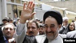 Eýranyň ozalky prezidenti Mohammed Hatemi (öňden sagda) 2009-njy ýylyň 12-nji iýunyndaky prezidentlik saýlawlarynda öz tarapdarlarynyň arasynda. Tähran, 12-nji iýun, 2009.
