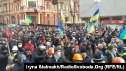 Ukrain halky protest bildirýär. Kiýew, Wolodymyrska köçesi. 1-nji dekabr, 2013.