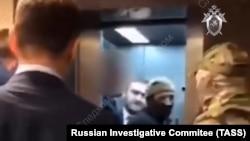 Задержанный сенатор Рауф Арашуков на заднем плане