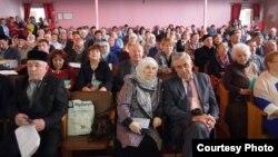 Конференциядә катнашучылар арасында алгы рәттә Фәүзия Бәйрәмова белән Вахит Имамов