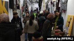 Эски буюмдар базарынан бир көрүнүш, Бишкек, 17-февраль, 2013.