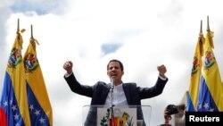Лидер оппозиции и глава Национальной ассамблеи Венесуэлы Хуан Гуаидо объявил себя временным президентом страны на митинге в Каракасе, 23 января 2019 года.