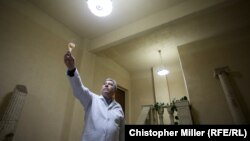 Працівник виноробні Юрій вивчає властивості ігристого вина, яке виробляють на підземному заводі міста Бахмут (яке до 2016 року називали Артемівськ)