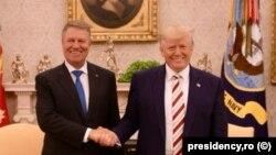 Президент Румынии Клаус Йоханнис (слева) обменивается рукопожатием с президентом США Дональдом Трампом во время встречи в Белом доме. Вашингтон, 20 августа 2019 года.