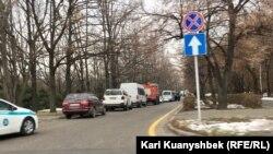 Автомобили полиции недалеко от площади Республики в Алматы. 16 декабря 2018 года.