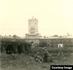 Немецкие пулеметчики на Тереспольском укреплении у моста через р. Буг. На башне над Тереспольскими воротами захваченной крепости – немецкий флаг. Сентябрь 1939 г.