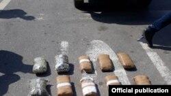 Pamje të substancës së konfiskuar nga Policia e Kosovës.