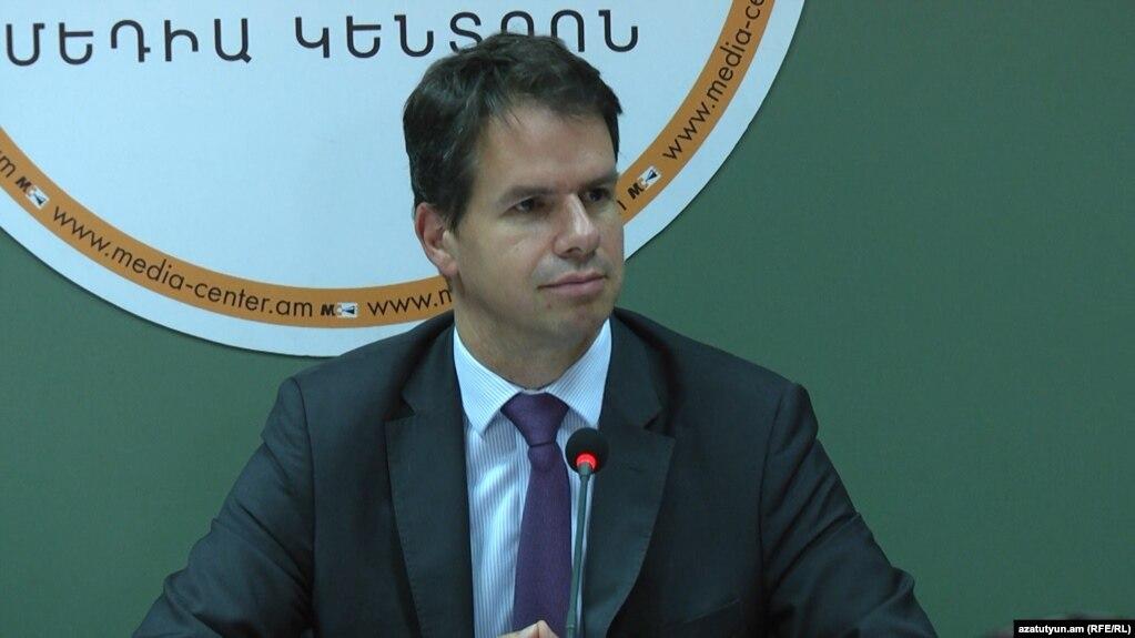 Посольство Франции отреагировало на критику в адрес посла Лакота