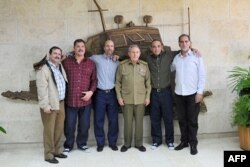 Рауль Кастро разом з усіма звільненими членами «кубинської п'ятірки» в Гавані. 17 грудня 2014 року