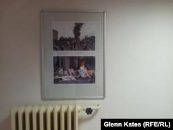 """Фотографии """"о штурме в Одессе"""" на стене в офисе Коммунистической партии Чехии."""