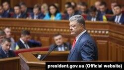 Ukraina prezidenti Petro Poroşenko parlamentte. Arhiv fotoresimi