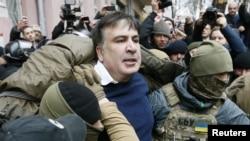 Михаил Саакашвили во время задержания сотрудниками Службы безопасности Украины. Киев, 5 декабря 2017 года.
