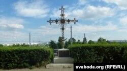 Крыж, усталяваны насупраць Архірэйскага палацу, у памяць пра Георгія Каніскага