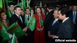 Türkmenistanyň prezidenti Gurbanguly Berdimuhamedow we Tatarystanyň prezidenti Rustam Minnihanow Tatarystanda okaýan türkmen studentleri bilen, 16-njy maý, 2012-nji ýyl.