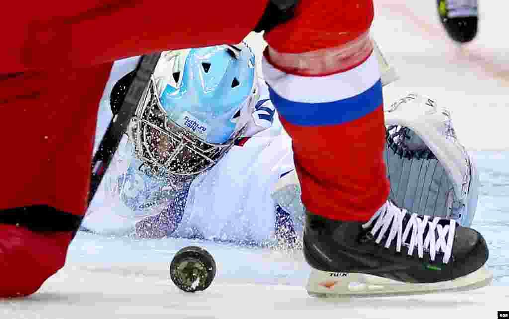 Вратарь Словении Роберт Кристан во время хоккейного матча с Россией, одержавшей победу в матче со счетом5-2