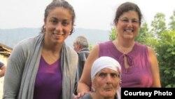 Элизабет с приемной мамой Линдой (справа) и биологической мамой Лианой Хурцидзе.