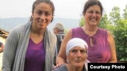 Elizabeth Stone sa svojim majkama, jul 2013.