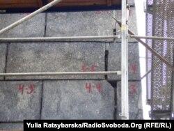 Нинішні деталі пам'ятника Шевченку - тріщини