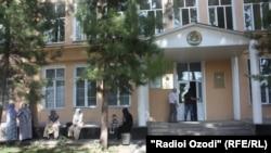 У здания суда в Душанбе.