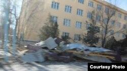 Снесенная ураганом кровля здания. Каратау, 13 января 2013 года. Фото из социальной сети Facebook.