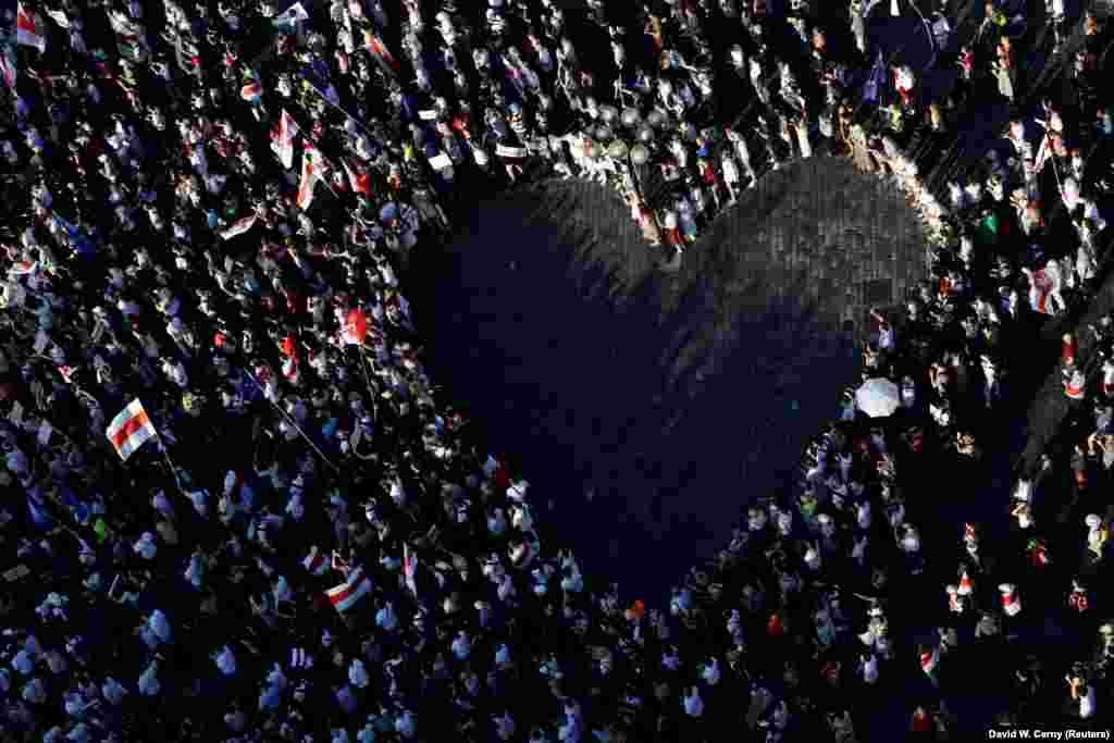 """Pe 16 august, belarușii care trăiesc în Republica Cehă împreună cu susținătorii lor s-au adunat la Praga și au format o """"inimă"""" umană în timpul unui miting de solidaritate cu protestatarii antiguvernamentali din Belarus."""