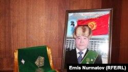 Мектептин мурдагы директору Абдыкаар Самиев 8-ноябрь күнү көз жумган.