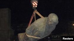 Гориде тұрған Сталиннің ескерткішін тұғырынан алынды. 25 маусым 2010 жыл.