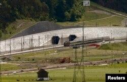 La ieșirea din tunel în apropiere de orașul Erstfeld