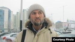 Отец школьника Олжас Ауэзханов считает высокими цены в школьных столовых. Алматы, 20 января 2016 года.