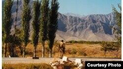 Боткен воқеалари содир бўлган кунларда Қирғизистон армияси аскари йўлда соқчиликда турибди. 1999 йил.
