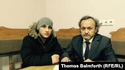 Абдусами (слева) и активист в расположенной в Москве правозащитной организации «Мемориал» и руководитель организации помощи мигрантам «Помощь» Бахром Хамроев.