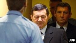 Хорват генераллари Анте Готовина (ўнгда) ва Младен Маркач (чапда) суд залига олиб кирилмоқда.