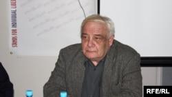 ვლადიმირ ბუკოვსკი, საბჭოთა დისიდენტური მოძრაობის ერთ-ერთი დამაარსებელი, მწერალი, ნეიროფიზიოლოგი, კაცი, რომელმაც, საერთო ჯამში, 12 წელი გაატარა საბჭოთა ციხეებსა და ფსიქიატრიულ კლინიკებში