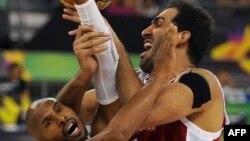 حامد حدادی و برچسب سیاه بر بازویش در مقابل لئاندرو باربوسا حریف برزیلی.