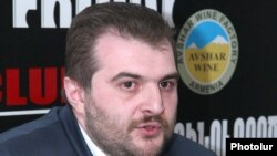 Координатор информационного сайта Armenia Today Аргишти Кивирян во время пресс-конференции (архив)