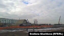 Наразы әйелдердің құрылыс алаңы ортасында қалған үйі. Астана, 11 қараша 2013 жыл.
