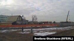 Дом двух семей посреди строительной площадки. Астана, 11 ноября 2013 года.
