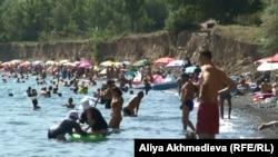 Отдыхающие на озере Алаколь. Алматинская область. Иллюстративное фото.
